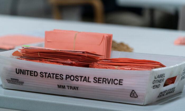 Votos provisionales en una bandeja del servicio postal en las oficinas de la Junta de Registro de Votantes y Elecciones del Condado de Gwinnett en Lawrenceville, Georgia, el 7 de noviembre de 2020. (Elijah Nouvelage/Getty Images)