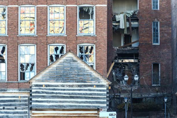 La policía cierra un área dañada por una explosión en la mañana de Navidad del 25 de diciembre de 2020 en Nashville, Tennessee. Una Unidad de Dispositivos Peligrosos estaba en camino para revisar un vehículo recreativo que luego explotó, dañando extensamente algunos edificios cercanos. (Terry Wyatt/Getty Images)