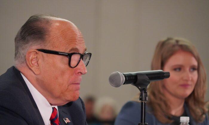 El abogado del presidente Donald Trump, Rudy Giuliani (i), con la abogada de la campaña de Trump, Jenna Ellis, testifica durante una audiencia pública sobre la integridad de las elecciones en Phoenix, Arizona, el 30 de noviembre de 2020. (Mei Lee/The Epoch Times)