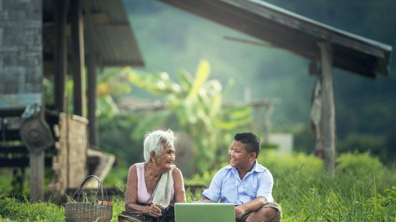 Los abuelos aportan un gran beneficio a las familias que educan a sus hijos en hogares intergeneracionales. (sasint/Pixabay)