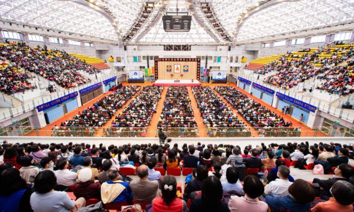 Unos 6500 practicantes de Falun Gong asisten a la conferencia de intercambio de experiencias en el Centro Deportivo de la Universidad Nacional de Taiwán en Taipei, Taiwán, el 6 de diciembre de 2020. (Chen Po-chou/The Epoch Times)