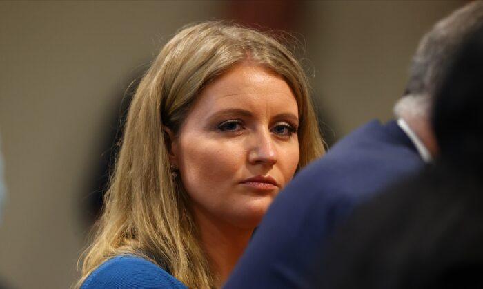 Jenna Ellis, miembro del equipo legal del presidente Donald Trump, durante una audiencia del Comité de Supervisión de la Cámara de Michigan en Lansing, Michigan, el 2 de diciembre de 2020. (Rey Del Rio/Getty Images)
