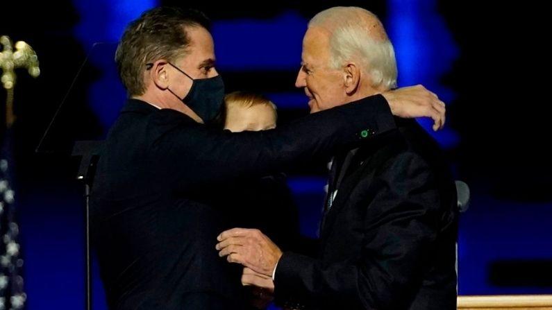 El entonces candidato demócrata a la presidencia Joe Biden abraza a su hijo, Hunter Biden, después de dirigirse a la nación desde el Chase Center, el 07 de noviembre de 2020, en Wilmington, Delaware. (Andrew Harnik-Pool/Getty Images)