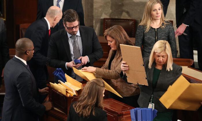 Funcionarios se organizan para un recuento de los votos electorales de las elecciones presidenciales 2016 durante una sesión conjunta del Congreso en Washington el 6 de enero de 2017. (Mark Wilson/Getty Images)