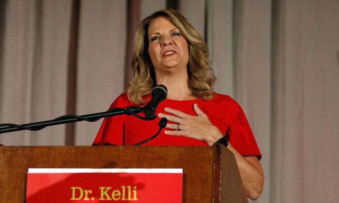 La entonces candidata al Senado por el Partido Republicano de Arizona, Kelli Ward, concede las primarias en un discurso a los partidarios en un evento de la noche de las elecciones en Scottsdale, Arizona, el 28 de agosto de 2018. (Ralph Freso/Getty Images)