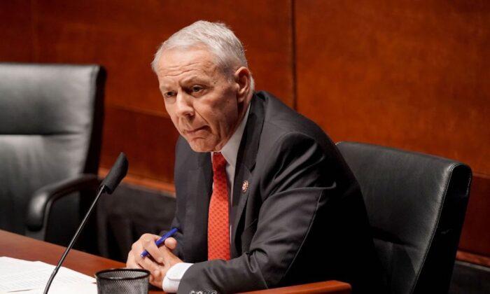 El representante Ken Buck (R-Colo.) en el Capitolio de Estados Unidos, en Washington, el 10 de junio de 2020. (Greg Nash/POOL/AFP a través de Getty Images)