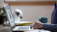 Profesor lleva su laptop a la sala de emergencias para corregir exámenes antes de morir