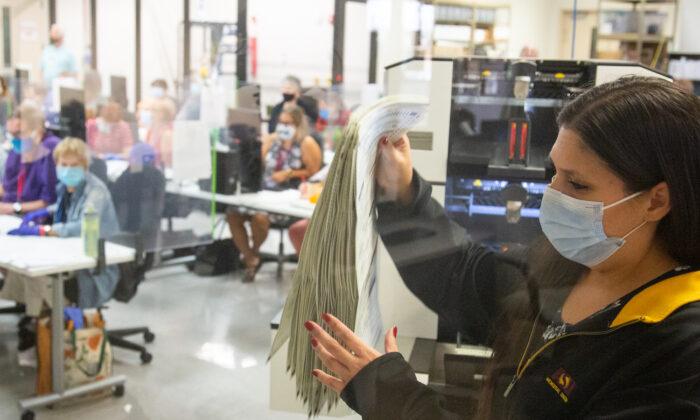 Personal de la oficina del Departamento de Elecciones del Condado de Maricopa en Phoenix, Arizona, cuenta los votos el 5 de noviembre de 2020. (Courtney Pedroza/Getty Images)
