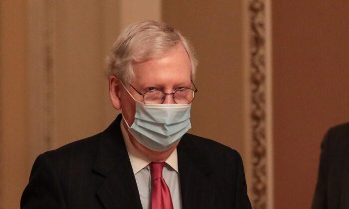 El líder de la mayoría del Senado, Mitch McConnell (R-Ky.), camina en Washington, el 21 de diciembre de 2020. (Cheriss May/Getty Images)