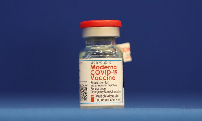 Un frasco de la vacuna de Moderna contra la COVID-19 durante una conferencia de prensa en Fort Lauderdale, Florida, el 23 de diciembre de 2020. (Joe Raedle/Getty Images)