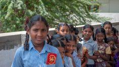 Maestro indio acaba con matrimonios de niñas, logra que vayan a la escuela y dona premio a colegas