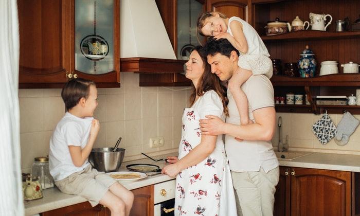 Al cocinar y hornear junto a sus hijos, estarán creando recuerdos que durarán toda la vida. (Elly Fairytale/Pexels)