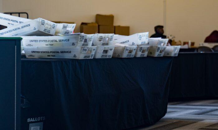 Cajas de archivo dispuestas a un lado en una sala de procesamiento de votos en el State Farm Arena en Atlanta, Georgia, el 2 de noviembre de 2020. (Megan Varner/Getty Images)