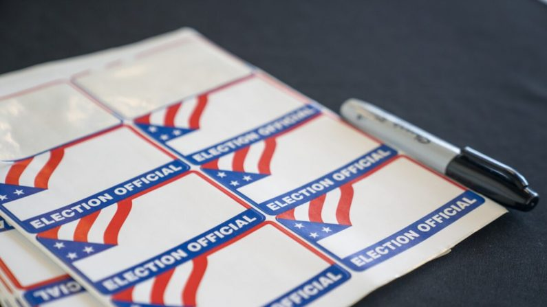Etiquetas en la entrada de la sala de clasificación donde los trabajadores electorales procesan las boletas de voto en ausencia, en el State Farm Arena, en Atlanta, Georgia, el 2 de noviembre de 2020. (Megan Varner/Getty Images)