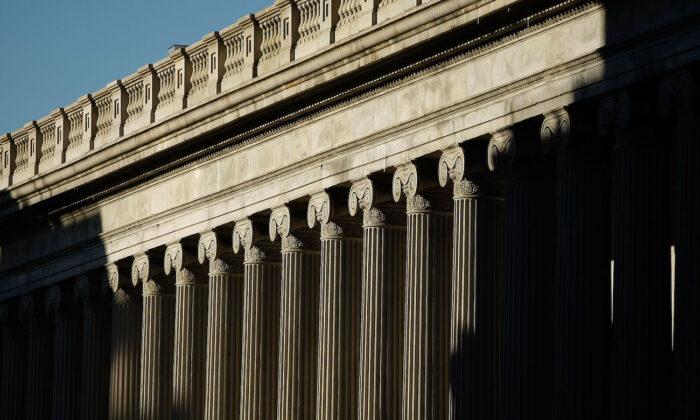 El sol brilla sobre el lado este del edificio del Departamento del Tesoro de Estados Unidos, en Washington, 23 de marzo de 2009. (Chip Somodevilla/Getty Images)