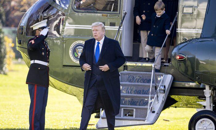 El presidente Donald Trump desembarca el Marine One en el jardín sur de la Casa Blanca en Washington el 29 de noviembre de 2020. (Tasos Katopodis/Getty Images)