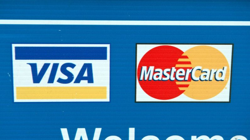 Los logotipos de las tarjetas de crédito Visa y MasterCard se ven en un cartel en Washington el 30 de marzo de 2012. (Nicholas Kamm/AFP vía Getty Images)