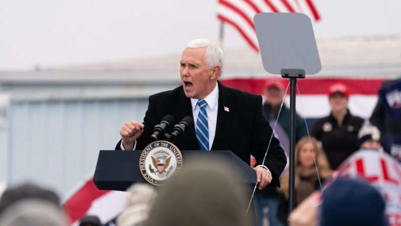 """El vicepresidente Mike Pence habla durante un evento de la campaña """"Defend The Majority"""" en Columbus, Georgia, el 17 de diciembre de 2020. (Elijah Nouvelage/Getty Images)"""