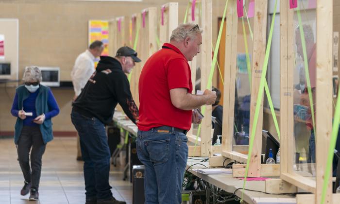 Un representante del presidente Donald Trump, izquierda, mira un voto durante el recuento de votos presidenciales del condado de Dane County, en Madison, Wisconsin, el 20 de noviembre de 2020. (Andy Manis/Getty Images)