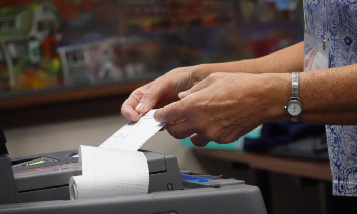 Los funcionarios electorales comienzan a contar las boletas en ausencia en el Ayuntamiento de Beloit, Wisconsin, el 3 de noviembre de 2020. (Scott Olson/Getty Images)