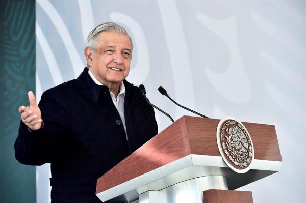 Fotografía cedida por la Presidencia de México que muestra al mandatario Andrés Manuel López Obrador durante un acto público en el estado de San Luis Potosí, México. (EFE/Presidencia de México)