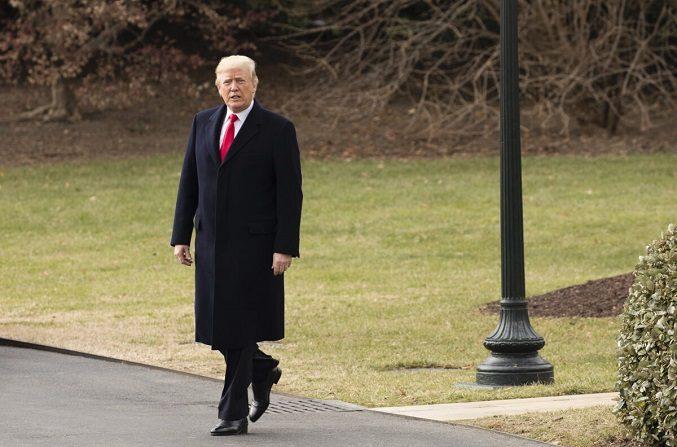 El presidente Donald Trump sale de la Casa Blanca de camino a Florida tras firmar el proyecto de ley de recorte y reforma fiscal en el Despacho Oval de Washington, el 22 de diciembre de 2017. (Samira Bouaou/The Epoch Times)