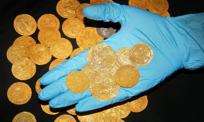 Descubren en un jardín 63 monedas medievales de oro con iniciales de las esposas de Enrique VIII