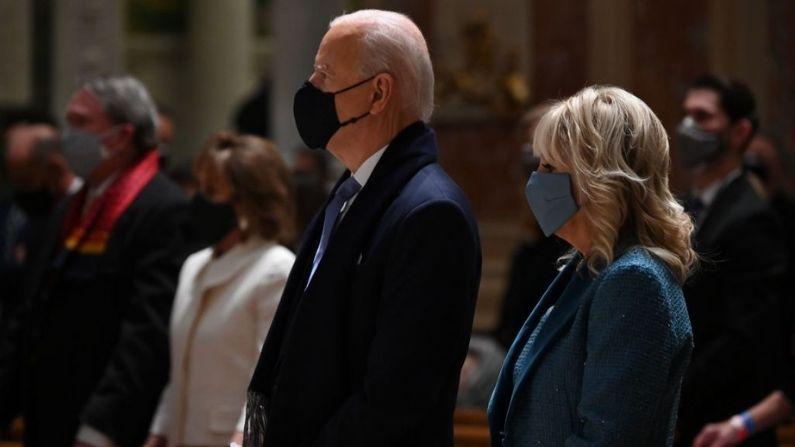 El presidente electo de EE.UU. Joe Biden y la entrante primera dama Jill Biden asisten a la misa en la catedral de San Mateo el Apóstol en Washington, D.C., el 20 de enero de 2021. (JIM WATSON/AFP a través de Getty Images)