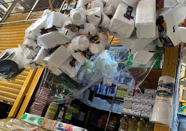 Vista de productos desechables que se exhiben en un local comercial de Ciudad de México (México). EFE/José Pazos