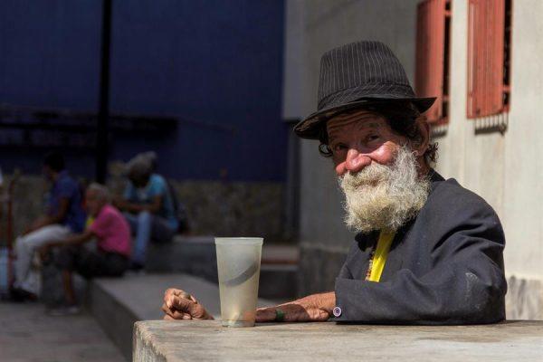 Fotografía fechada el 8 de enero de 2021, que muestra a Ramón Valera, de 67 años, mientras pide donaciones, en Maracaibo (Venezuela). EFE/ Henry Chirinos