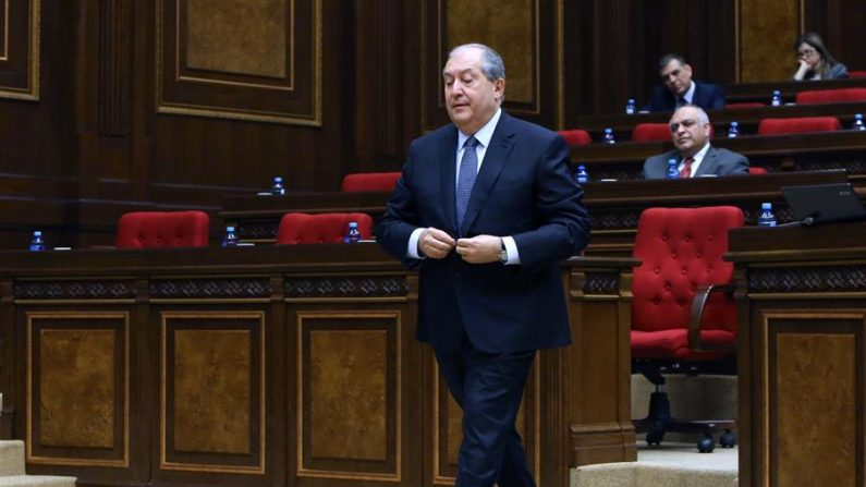 El presidente armenio Armén Sarkisián en una sesión de la Asamblea Nacional, el Parlamento armenio, en Ereván (Armenia). EFE/ Vahram Baghdasaryan/Armenia