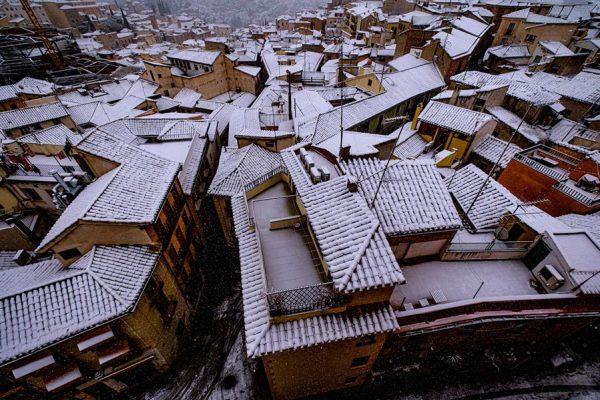 Los tejados comienzan a acumular nieve el 7 de enero de 2021 en la ciudad de Toledo (España). EFE/ Ángeles Visdómine