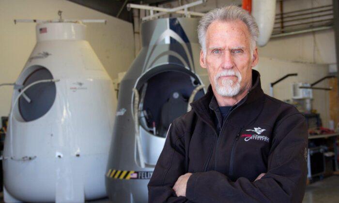 Art Thompson, director general de Sage Cheshire y presidente de A2ZFX, está delante de dos modelos de cápsulas que construyó para Red Bull Stratos. El 14 de octubre de 2012, Felix Baumgartner utilizó la cápsula de Thompson como plataforma de lanzamiento y rompió la barrera del sonido, alcanzando Mach 1.25, rompiendo el récord de la caída libre más alta, el globo tripulado más grande y el vuelo en globo más alto. La famosa cápsula fue presentada en el Smithsonian en 2014. (Linda KC Reynolds)