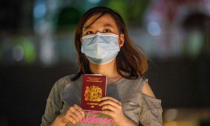 La recién graduada Asuka Law, de 23 años, posa con su pasaporte British National (Overseas), o BN (O), cerca de un centro comercial, en Kwai Chung, Hong Kong, el 3 de junio de 2020 (Anthony Wallace / AFP a través de Getty Images)