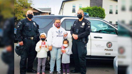 Policías ayudan a una familia después que ladrones entraron a su auto y le robaron toda la ropa nueva
