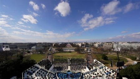 Simpatizantes de Biden en el Capitolio celebran la inauguración entre fuertes medidas de seguridad