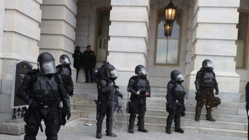 Los agentes de policía del Capitolio montan guardia mientras los manifestantes se reúnen en el edificio del Capitolio de los Estados Unidos en Washington el 6 de enero de 2021. (Tasos Katopodis/Getty Images)