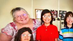"""Abuelita que cría 5 nietos, con techo roto y goteras recibe ayuda de su comunidad: """"Dios escucha"""""""