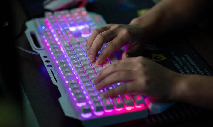 Un integrante de un grupo de hackers usa su computadora en su oficina en Dongguan, en la provincia de Guangdong (China), el 4 de agosto de 2020. (Nicolas Asfouri/AFP vía Getty Images)