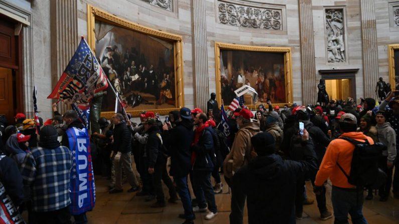 Los partidarios del presidente Donald Trump ingresan a la Rotonda del Capitolio de los Estados Unidos en Washington el 6 de enero de 2021. (Saul Loeb/AFP a través de Getty Images)