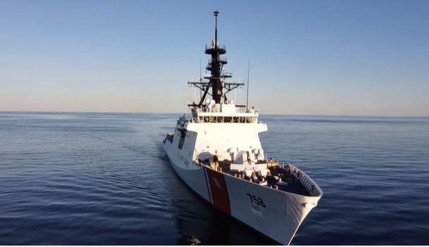 El USCGC Stone (WMSL 758) sale del puerto de Mississippi el 22 de diciembre de 2020, justo antes de Navidad, para un despliegue de varios meses en el Atlántico Sur, contrarrestando la pesca ilegal, no regulada y no declarada (Captura de un Vídeo de la Guardia Costera de Estados Unidos del Alférez John Cardinal)