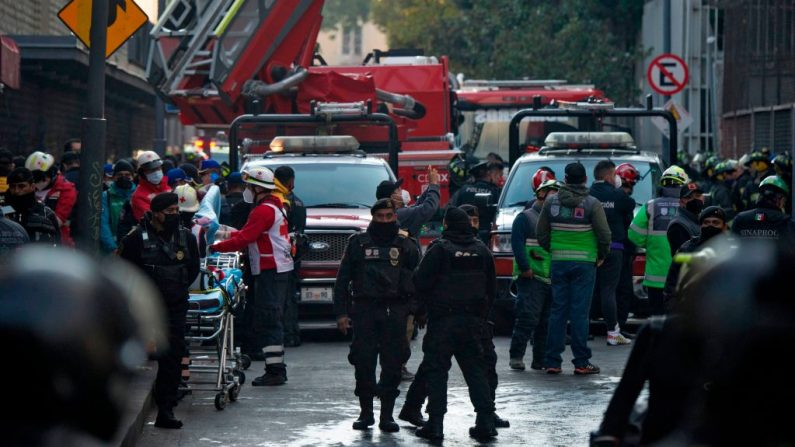 Bomberos apagan un incendio en la subestación eléctrica de la sede del Metro de la Ciudad de México en el centro histórico de la capital mexicana el 9 de enero de 2021. (Foto de CLAUDIO CRUZ / AFP a través de Getty Images)