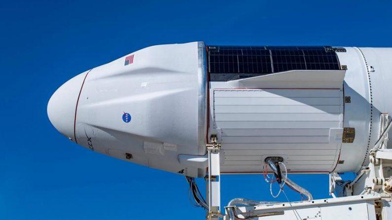 Fotografía del 2 de diciembre de 2020 cedida por SpaceX donde se muestra el Dragon 2, la versión mejorada de la cápsula de carga Dragon, instalada en la cima del cohete Falcon 9 en el Complejo de Lanzamiento 39A del Centro Espacial Kennedy de la NASA en Florida. EFE/Cortesía SpaceX