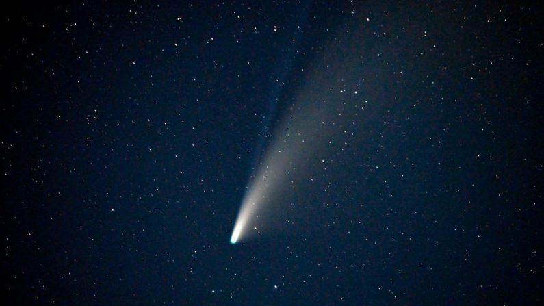 El cometa NEOWISE o C / 2020 F3, con sus dos colas visibles, se ve en el cielo sobre Goldfield, Nevada (EE.UU.), el 18 de julio de 2020.(Foto de David Becker / AFP a través de Getty Images)