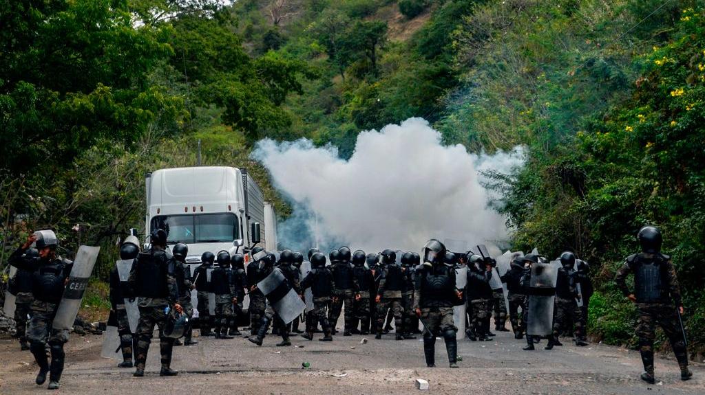 Fuerzas de seguridad de Guatemala desaloja a caravana de migrantes