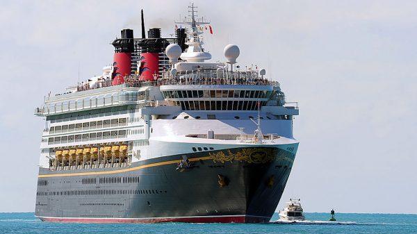 Esta foto del 29 de noviembre de 2009 muestra a los pasajeros alineados en la vía mientras el crucero Magic de Disney entra al puerto en Key West, Florida (EE.UU.). (Foto de Karen Bleiner / AFP a través de Getty Images)
