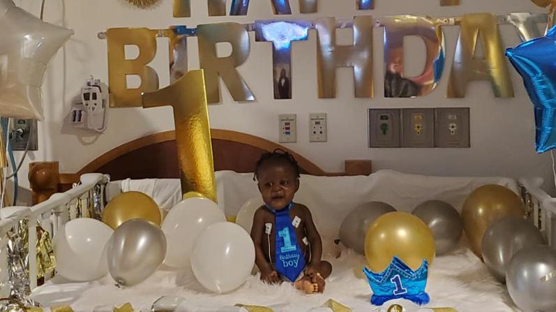 Bebé con rara enfermedad supera COVID-19 y un trasplante de hígado antes de su primer cumpleaños