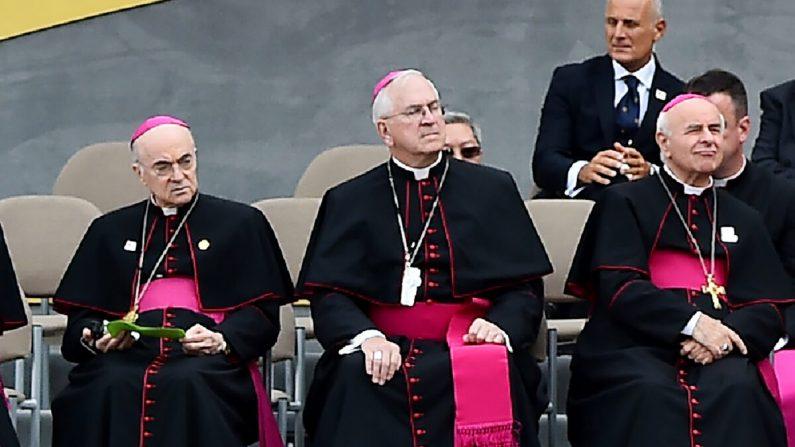 El embajador del Vaticano en Estados Unidos Carlo Maria Vigano (izquierda) y Vincenzo Paglia (derecha) escuchan al Papa Francisco hablando en el Independence Hall de Filadelfia, Pa., el 26 de septiembre de 2015. (Vincenzo Pinto/AFP vía Getty Images)