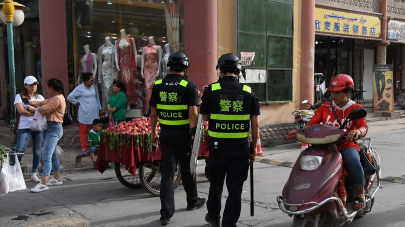 Policías patrullando la ciudad de Kashgar, en la región occidental de Xinjiang, el 4 de junio de 2019. (GREG BAKER/AFP vía Getty Images)