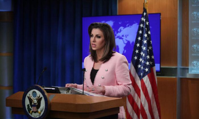 La portavoz del Departamento de Estado de EE.UU., Morgan Ortagus, habla durante una sesión informativa para los medios de comunicación en Washington el 10 de junio de 2019. (Alex Wong/Getty Images)